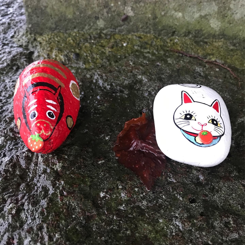 小田橋渡ってすぐの忠霊塔の入り口にこんなものが️1つは猫ちゃんもう1つはあかべこちゃん。コロナ封じのお守りなのか、疫病退散のおまじないなのか、この先の小田山への登り口にも置いてあるんです石にペイントしてあるもので、よく出来てて可愛いですよね#会津の宝さがし#疫病退散#招き猫#あかべこ