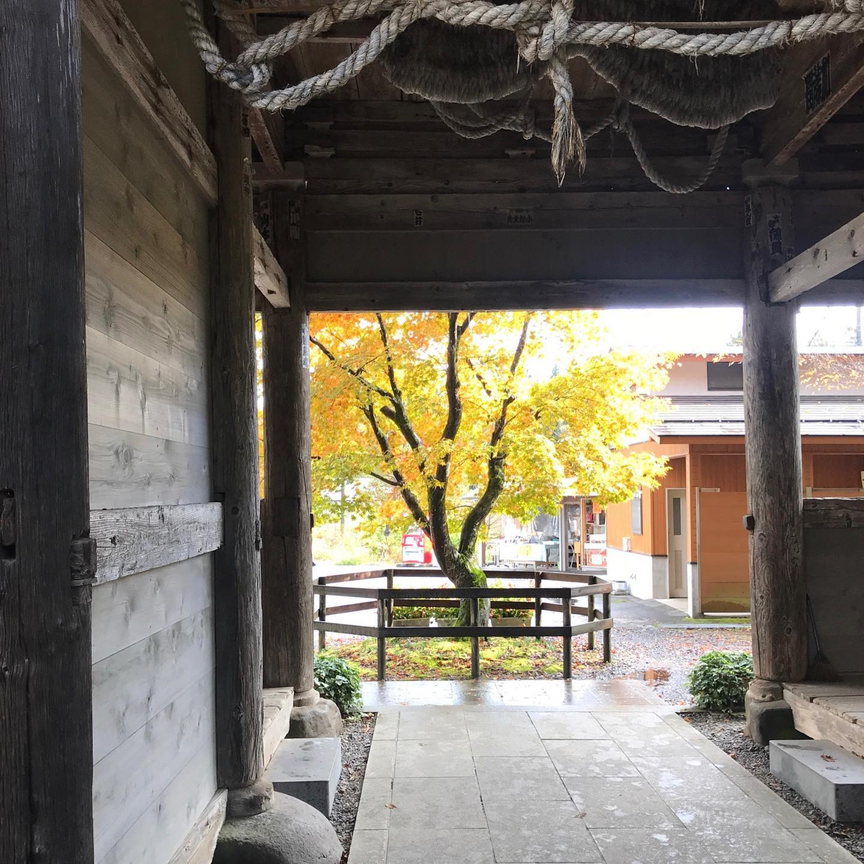 今年の紅葉は赤い色が美しく、山々の眺めが格別ですね❣️西会津の鳥追観音に久しぶりに伺いました。雨上がりのもみじが綺麗です️鳥追観音は今年から補修工事に入り、一部歩けない所がありました♂️平日でしたが、西会津の道の駅も県外からの車が多数並び賑わってました。毎年同じではない季節の移り行く様子を今年も観れて幸せでした