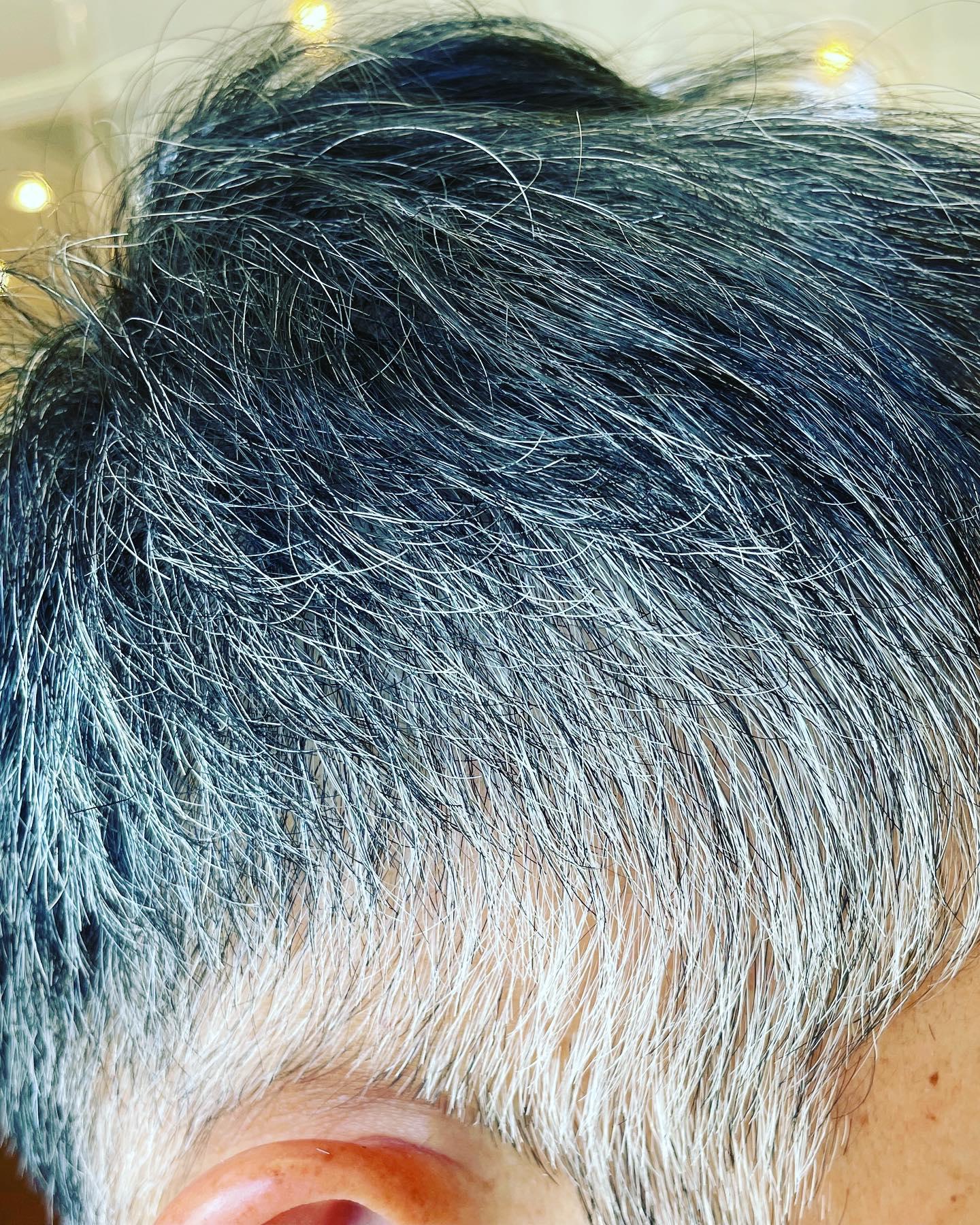 今日ご来店のお客様前回に続く白のグラデーショングレーヘアも十人十色ですね