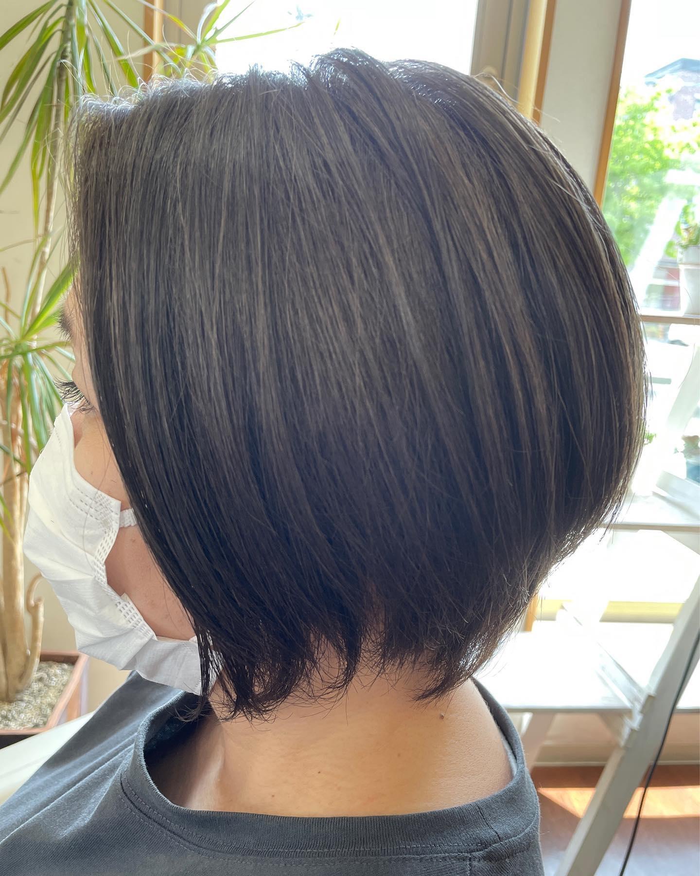 50%のグレーヘア涼しげなオーシャングレーにいつもお洒落なお客様のトップスとの相性もバッチリ自由自在のカラーバリエーションができるのはグレーヘアになったからこそです白髪をもっと楽しみましょう❣️